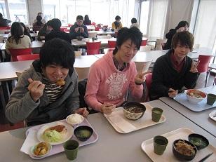 学食食事中.JPG