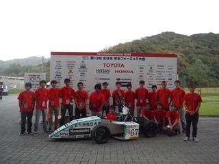 スポンサーボード前でのチーム集合写真.jpg